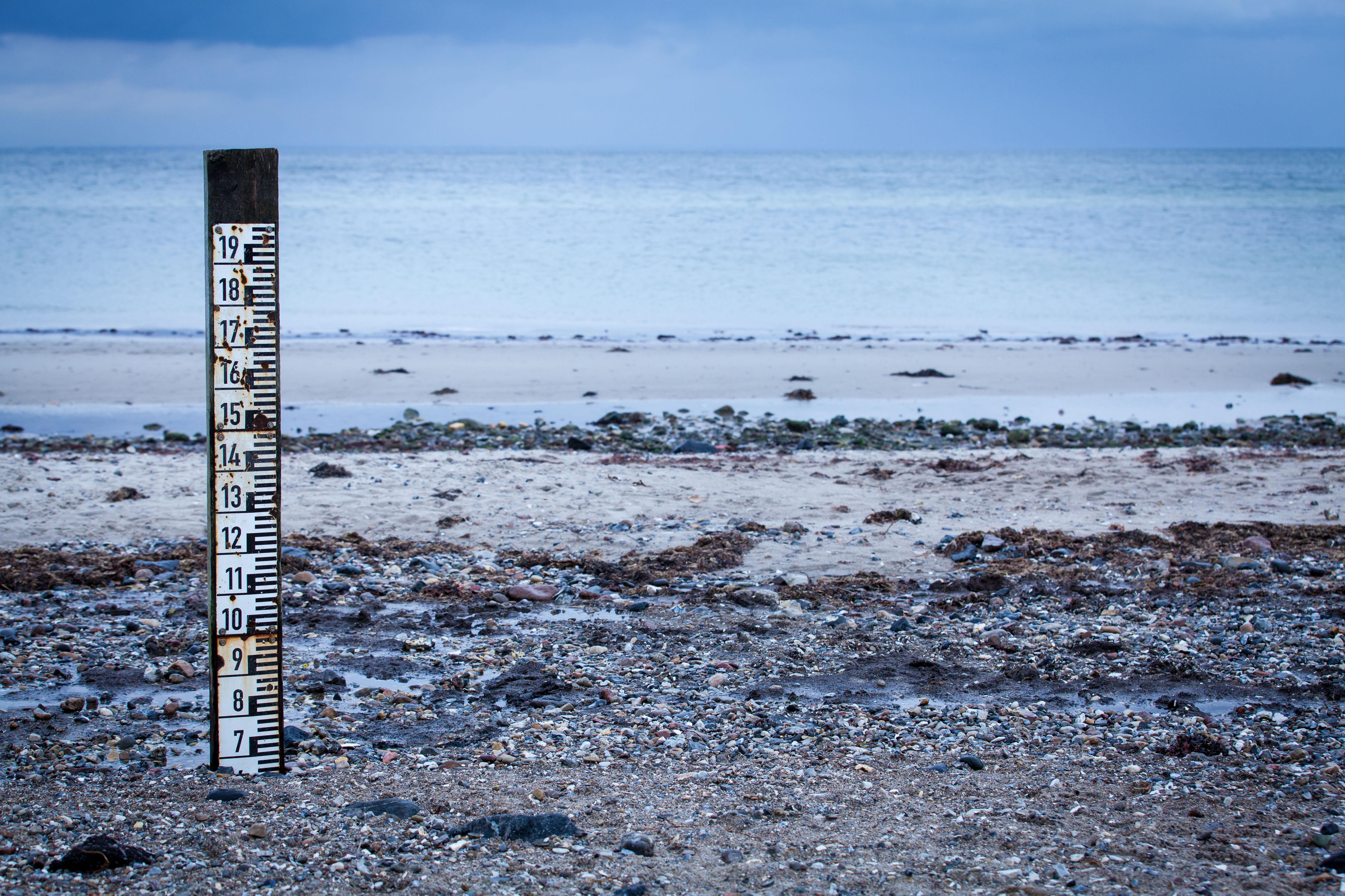 high & low tide marker. photo: JL-Pfeifer / shutterstock.com